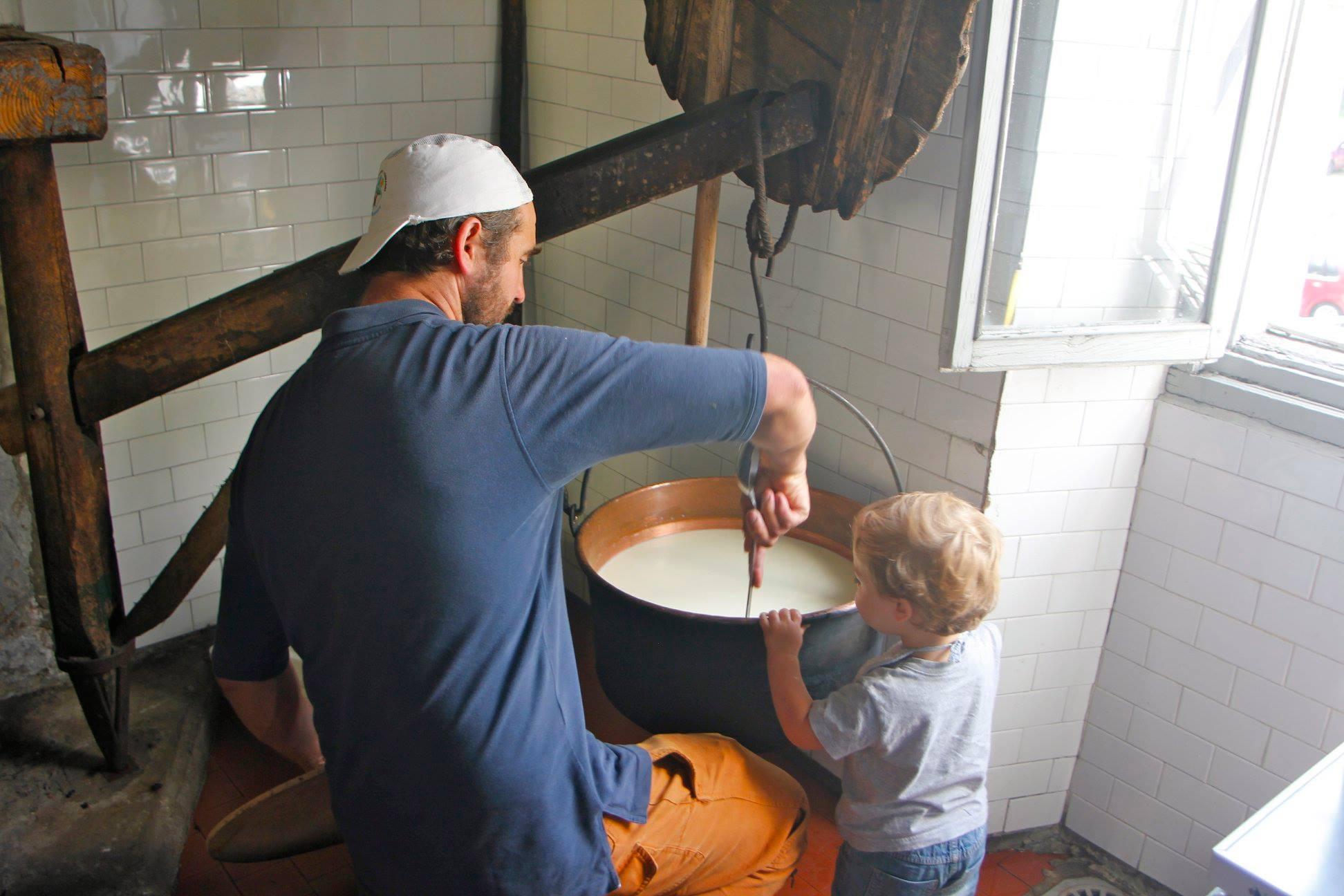 Pigi e Ismalele fanno il formaggio alla Latteria di Croveo - Vicini Azienda Agricola